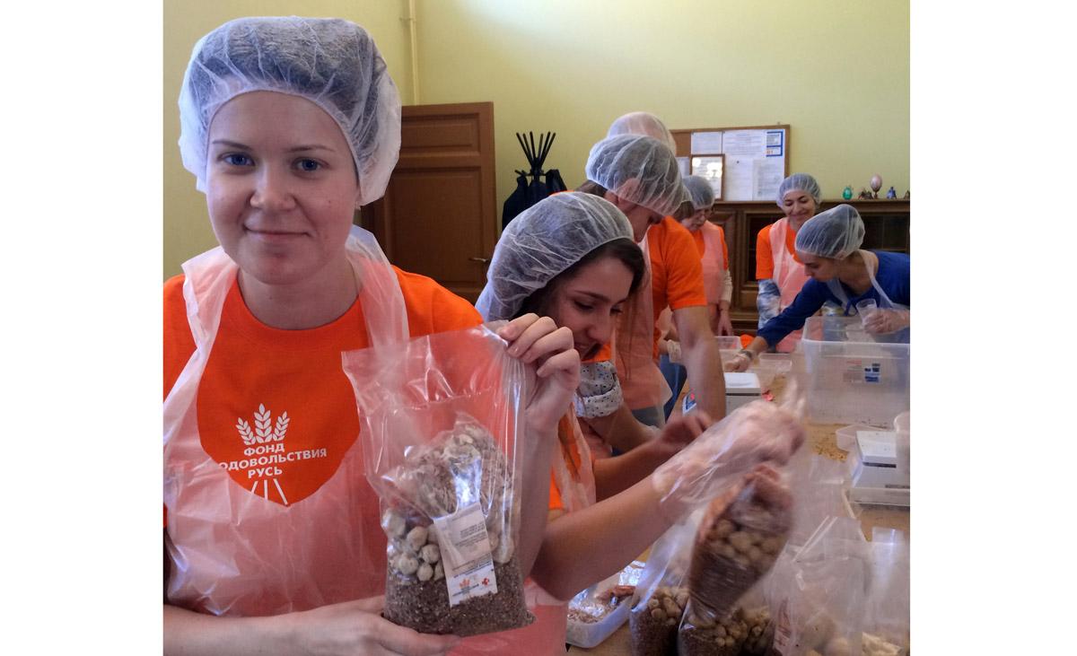 8 сентября в Амурске начнет работать цех фасовки «Народных обедов». Планируется, что за первые два часа работы добровольцы расфасуют 2,5 тысячи порций обедов, которые в тот же день раздадут малообеспеченным, многодетным и неполным семьям
