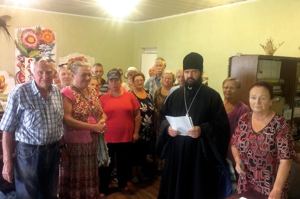 Протоирей Георгий Тарапура и получатели гуманитарной помощи. Луганскому обществу слепых было передано 300 продуктовых наборов