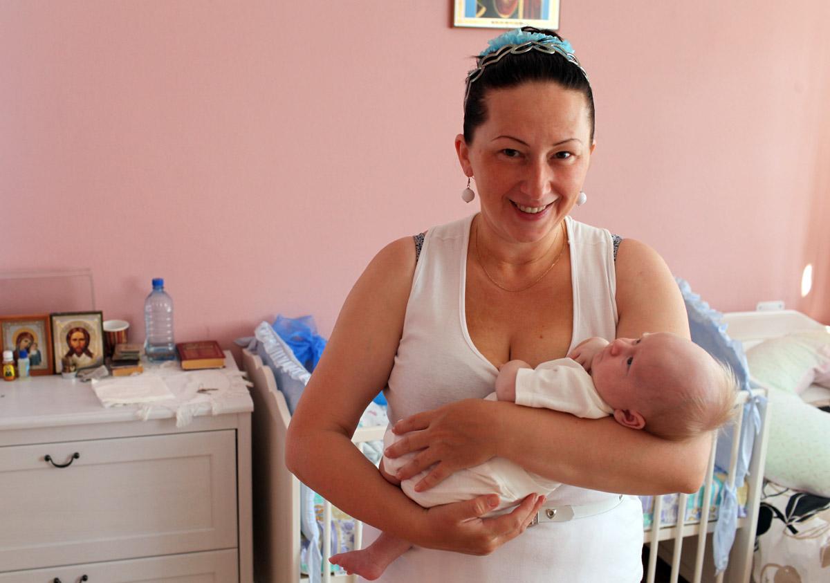 В «Доме для мамы» находят приют женщины, которым больше некуда пойти. Среди них – женщины, пострадавшие от домашнего насилия, мамы, лишившиеся работы и средств к существованию, молодые матери-сироты, не имеющие жилья, а также беременные, стоящие на грани совершения аборта
