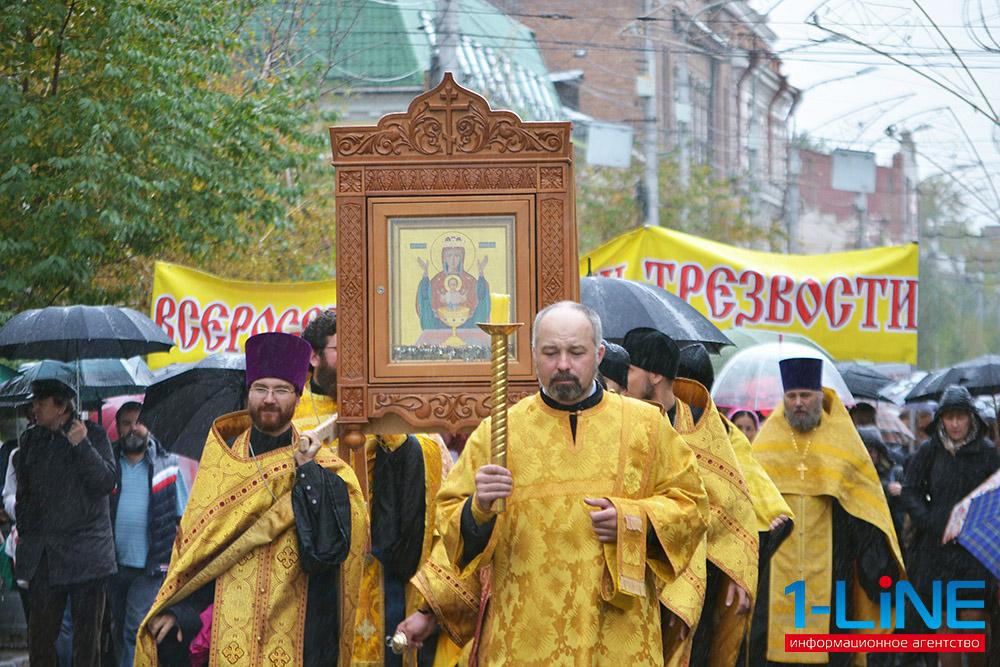 В рамках празднвоания в Красноярске прошел крестный ход от Покровского кафедрального собора до поклонного креста на месте закладки Богородице-Рождественского собора на Стрелке