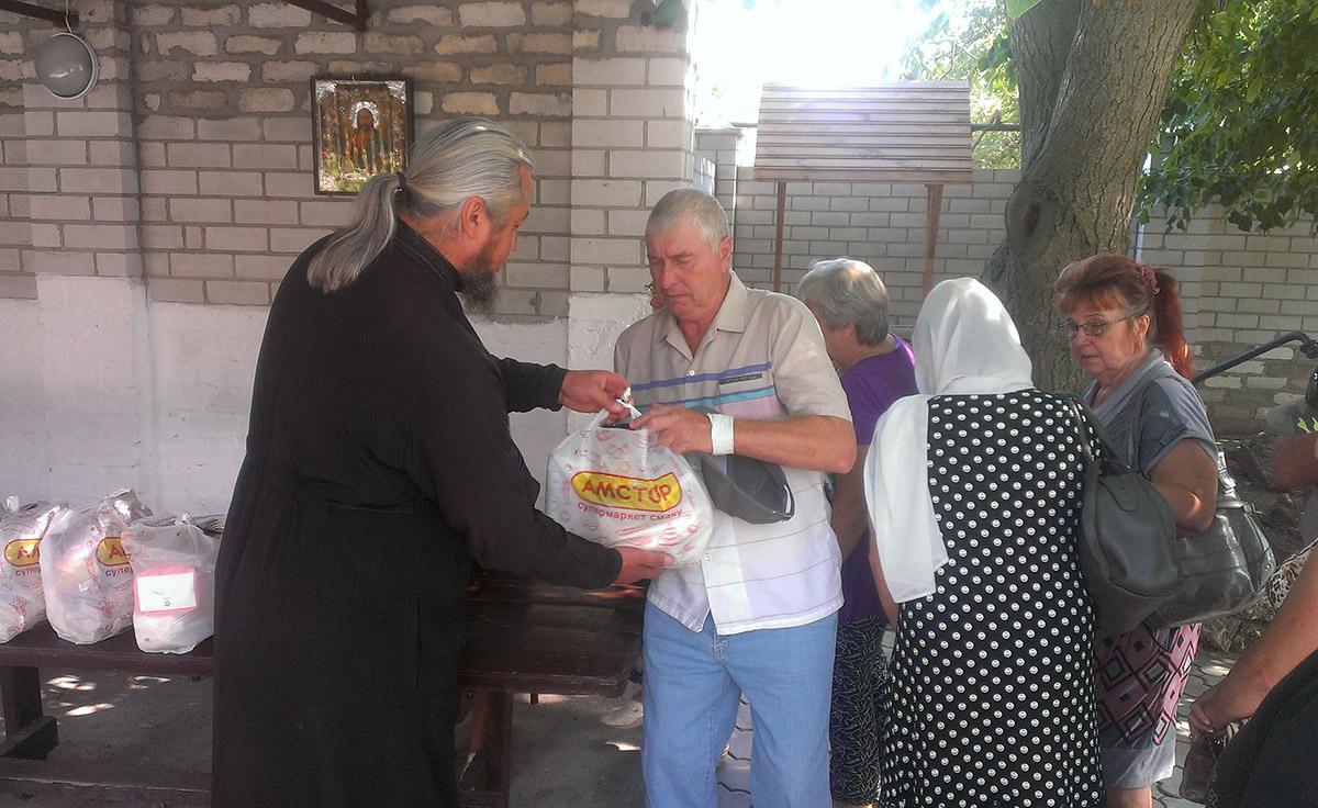 Раздача гуманитарной помощи в Новоазовске