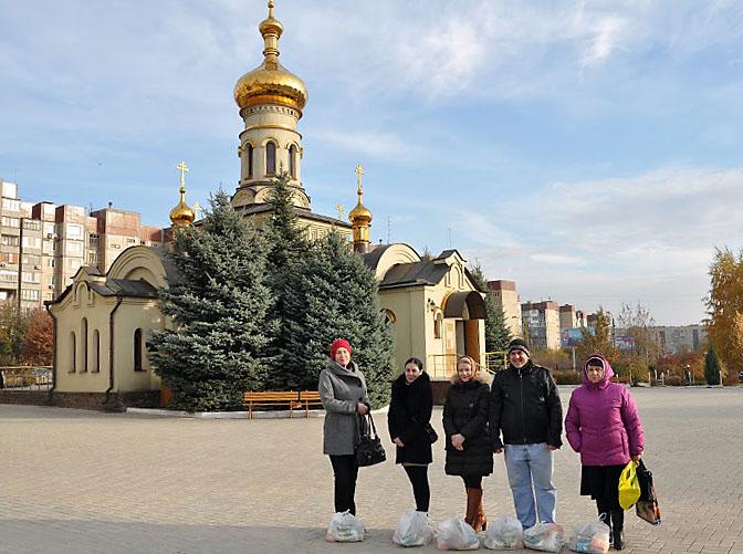 Один из пунктов раздачи гуманитарной помощи находится в Свято-Троицком соборе Донецка