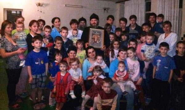 Председатель отдела по взаимодействию с казачеством Санкт-Петербургской епархии протоиерей Димитрий Василенков с медперсоналом и пациентами Луганской областной детской туберкулезной больницы