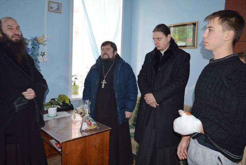Епископ Орский и Гайский Ириней (на фото слева) навестил в больнице Данила Максудова (справа)