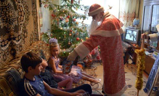 Волонтеры поздравляли детей на дому, пели рождественские колядки и дарили подарки