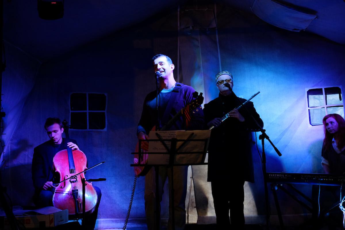 Дмитрий Певцов выступил с концертом перед бездомными в «Ангаре спасения» службы «Милосердие»