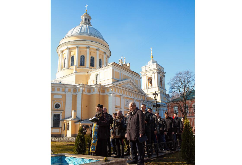 Перед отправкой груза в Александро-Невской лавре был совершен молебен