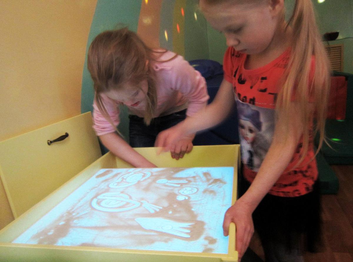 Находкинская епархия передала детскому реабилитационному центру столы для песочной терапии