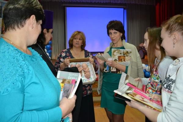 Руководитель нового кризисного центра «Ласточкино гнездо» Людмила Дядюра (на фото третья слева) проводит для школьников и студентов лекции на такие темы, как ценность человеческой жизни, брак и семья, дар жизни, аборт и его последствия