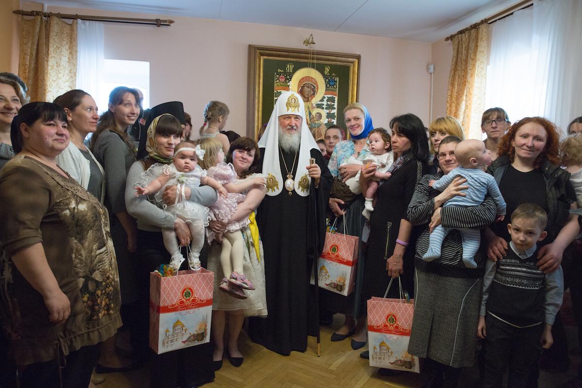 Святейший Патриарх Кирилл: В Церкви должен быть механизм поддержки женщин в трудной жизненной ситуации