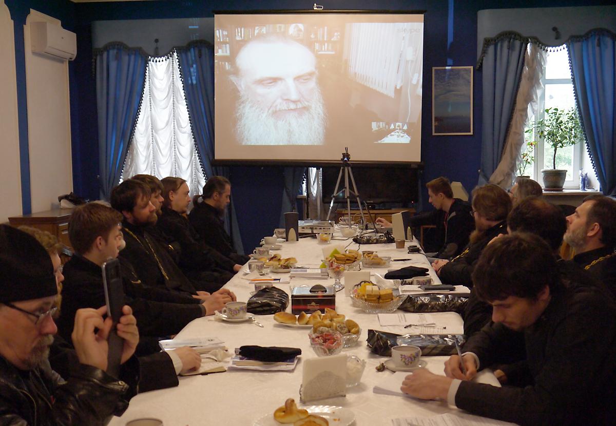 Епископ Каменский и Алапаевский Мефодий рассказал участникам стажировки об организации церковной помощи наркозависимым и их родственникам. Общение проходило через Skype