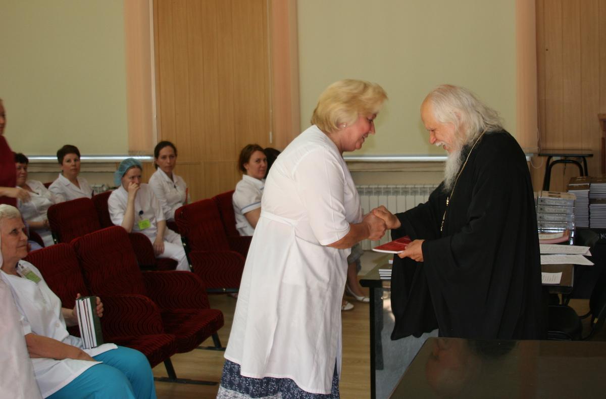 Епископ Пантелеимон поздравил сотрудников больницы Святителя Алексия с Днем медицинского работника