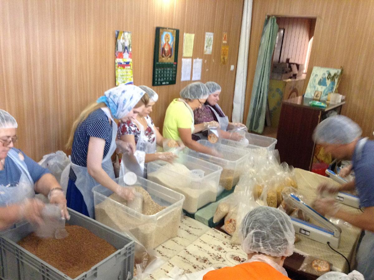 В Калужской епархии открылся цех фасовки «Народных обедов» для малообеспеченных семей