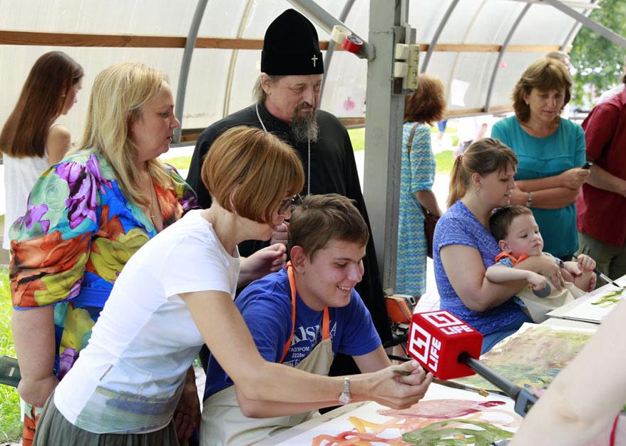 Занятия живописью в семейном интеграционно-коррекционном лагере «Парус мечты» помогут детям развить творческий потенциал, считает митрополит Белгородский и Старооскольский Иоанн