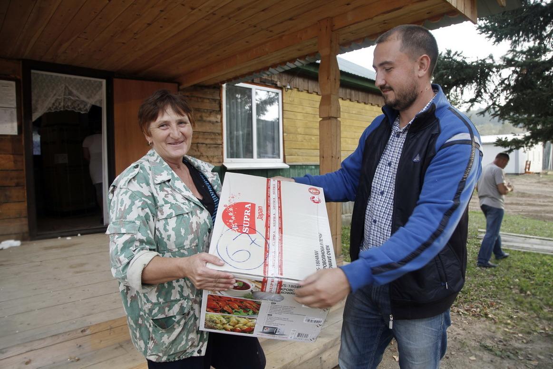 Православные добровольцы раздают жителям поселка Шумный бытовую технику, купленную Арсеньевской епархией на общецерковные средства