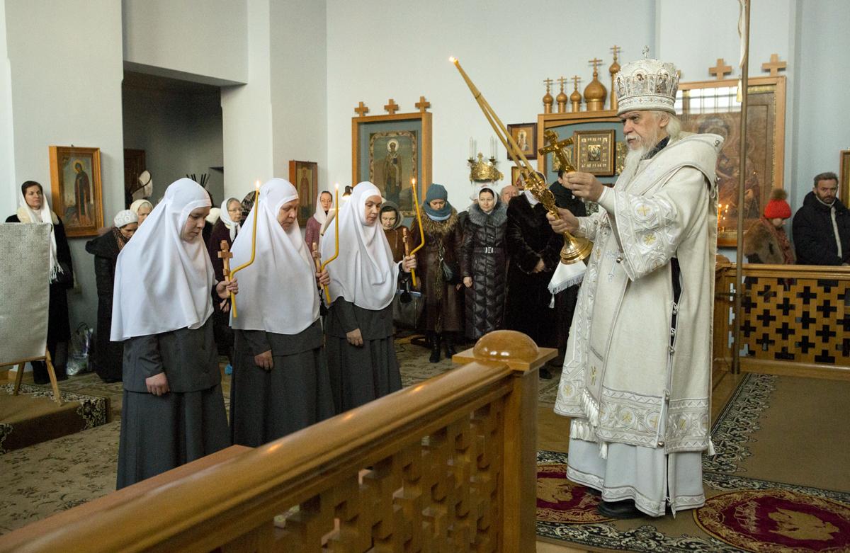 Епископ Пантелеимон совершил чин посвящения в крестовые сестры трех насельниц Марфо-Мариинской обители