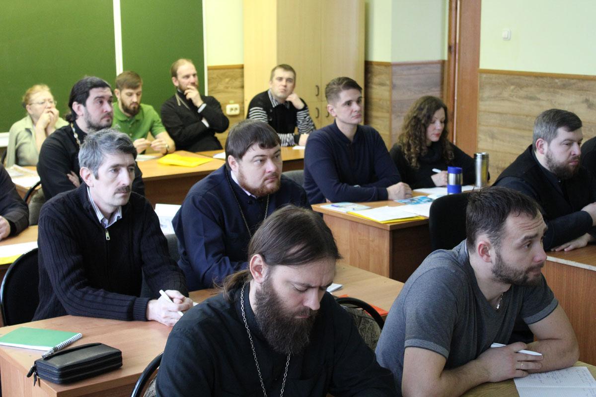 Участники семинара по профилактике зависимостей на занятии в учебном центре «Доброе»