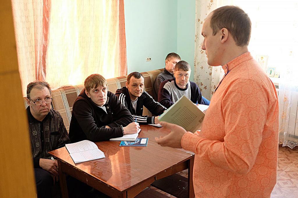 Занятия с реабилитантами проводят профессиональные психологи и консультанты по химической зависимости