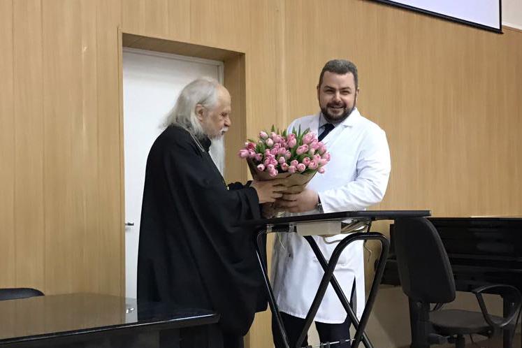 Заместитель председателя попечительского совета больницы епископ Орехово-Зуевский Пантелеимон поздравил Алексея Зарова с назначением на новую должность