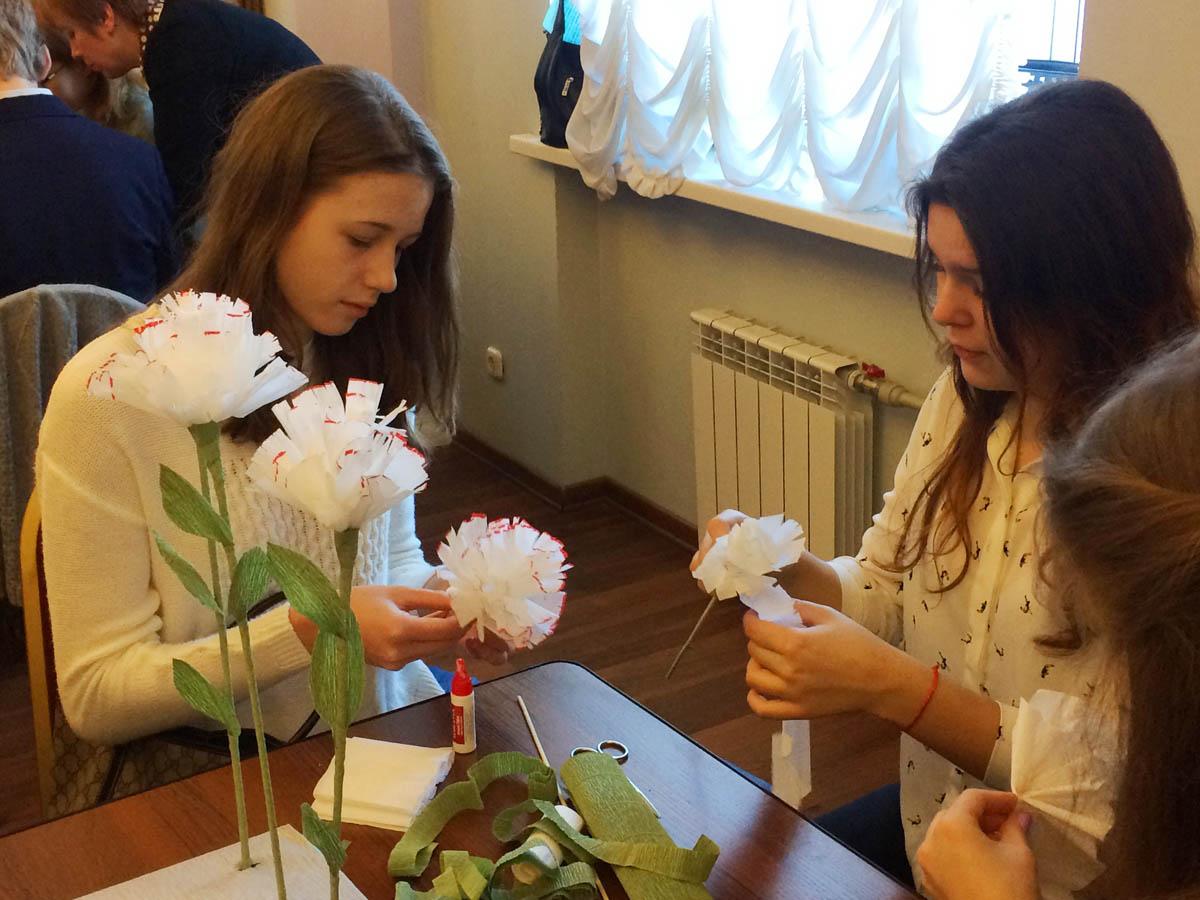 Школьники из Москвы и Санкт-Петербурга приняли участие в подготовке церковной благотворительной акции «Белый Цветок»