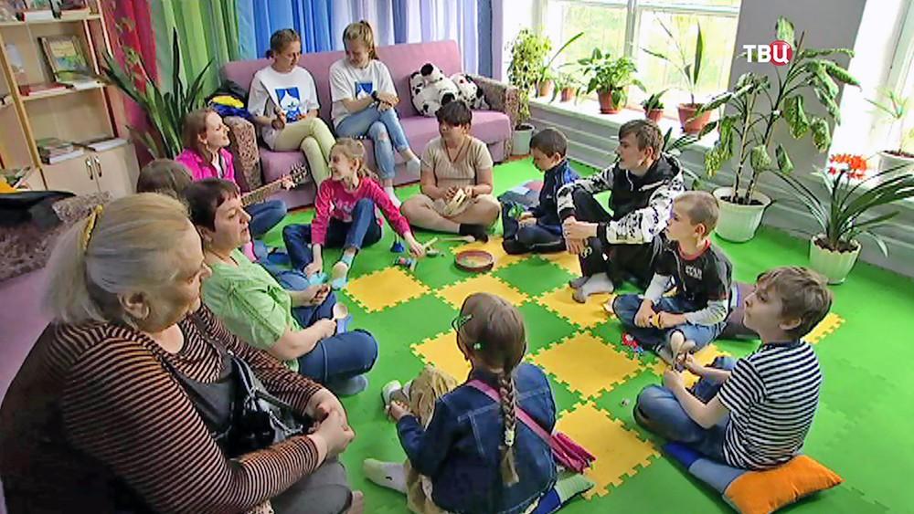 В церковном центре гуманитарной помощи в Смоленске. Сводный хор из многодетных семей