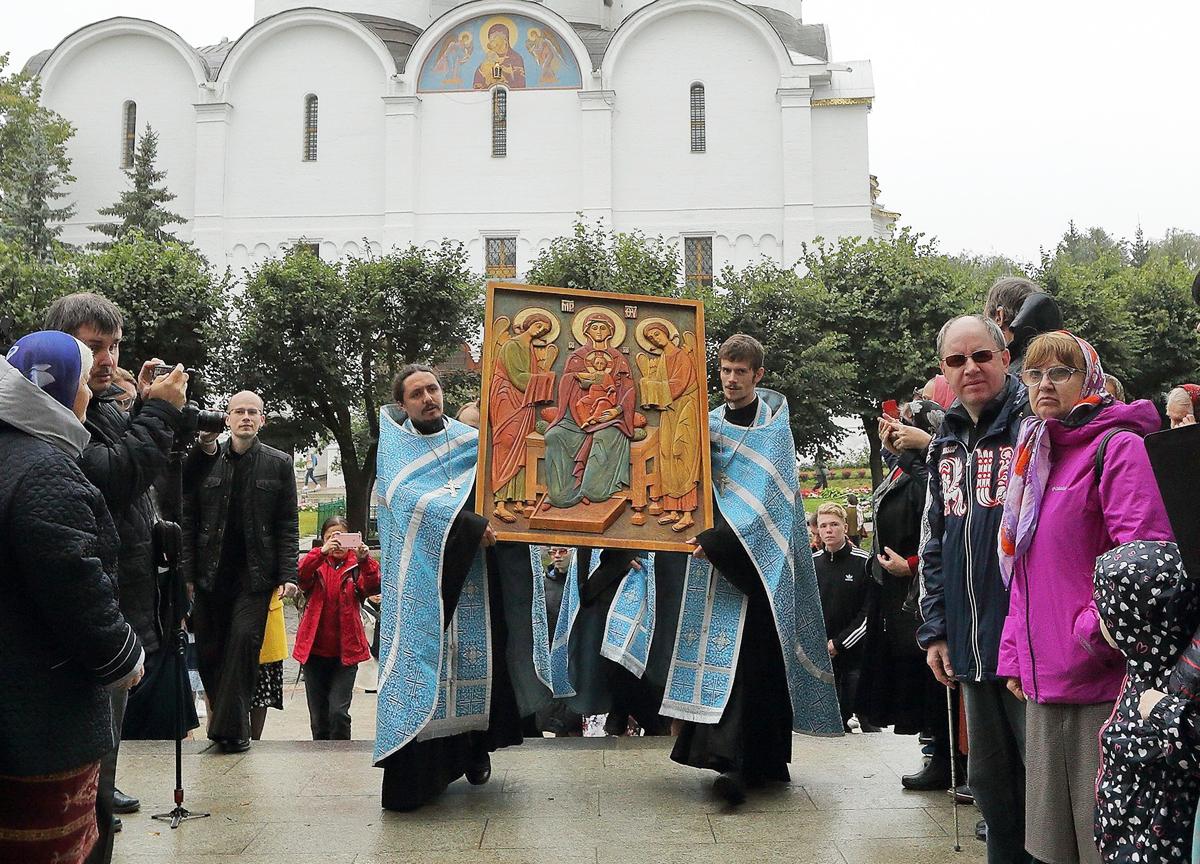 Рельефную икону Божией Матери передали в Сергиево-Посадский дом-интернат для слепоглухих детей