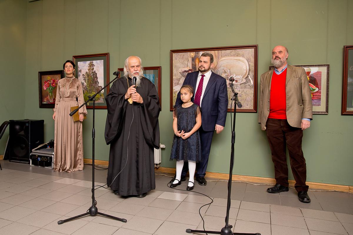 На открытии выставки выступает председатель Синодального отдела по благотворительности епископ Пантелеимон