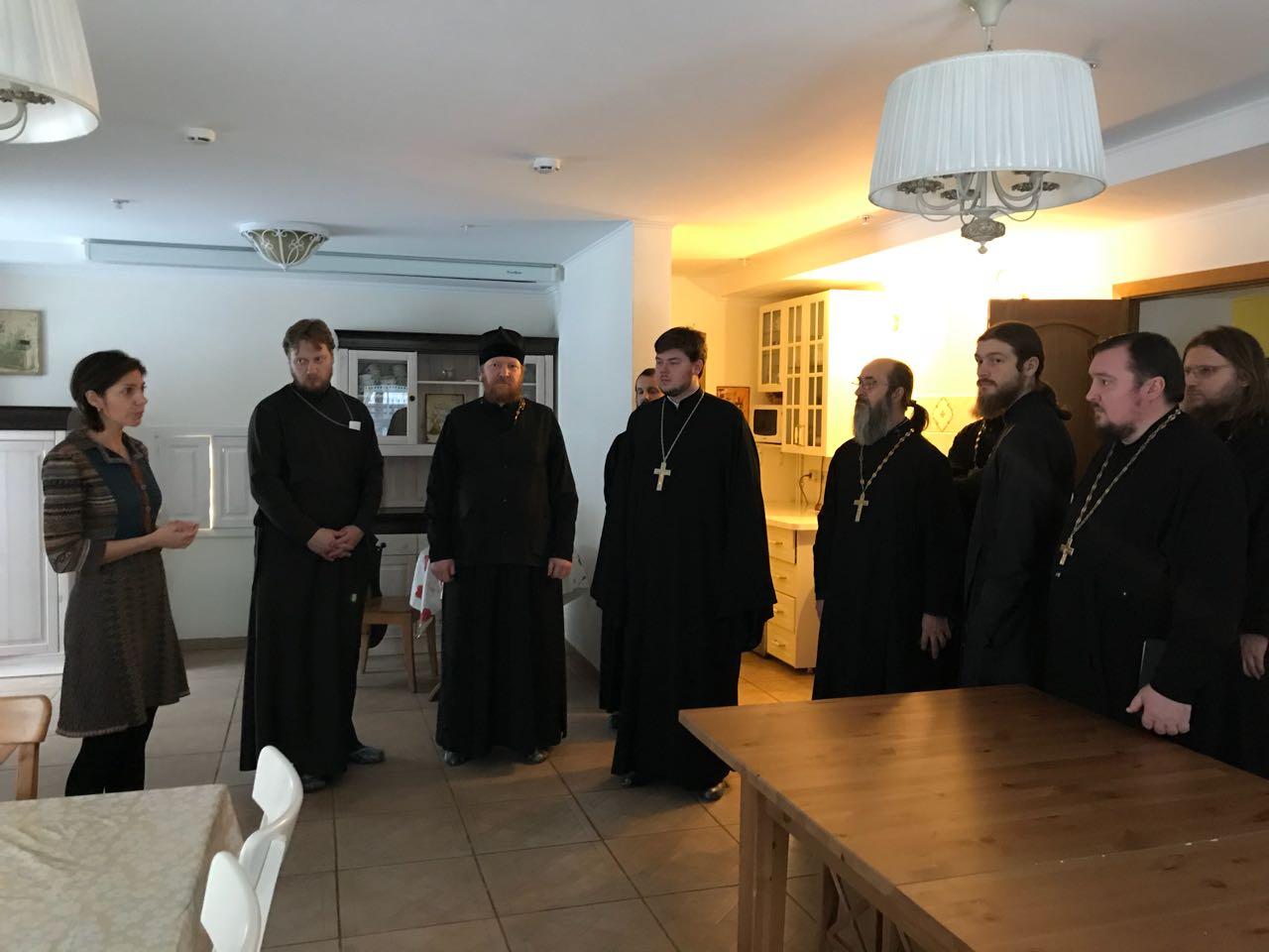 Участники одиннадцатой пастырской стажировки по социальному служению во время посещения Свято-Спиридоньевской богадельни