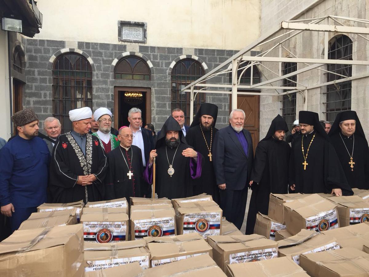 Христианские священники и представители мусульманского духовенства разгружали машины с гуманитарным грузом и совместно раздавали его нуждающимся сирийцам вне зависимости от их религиозной принадлежности