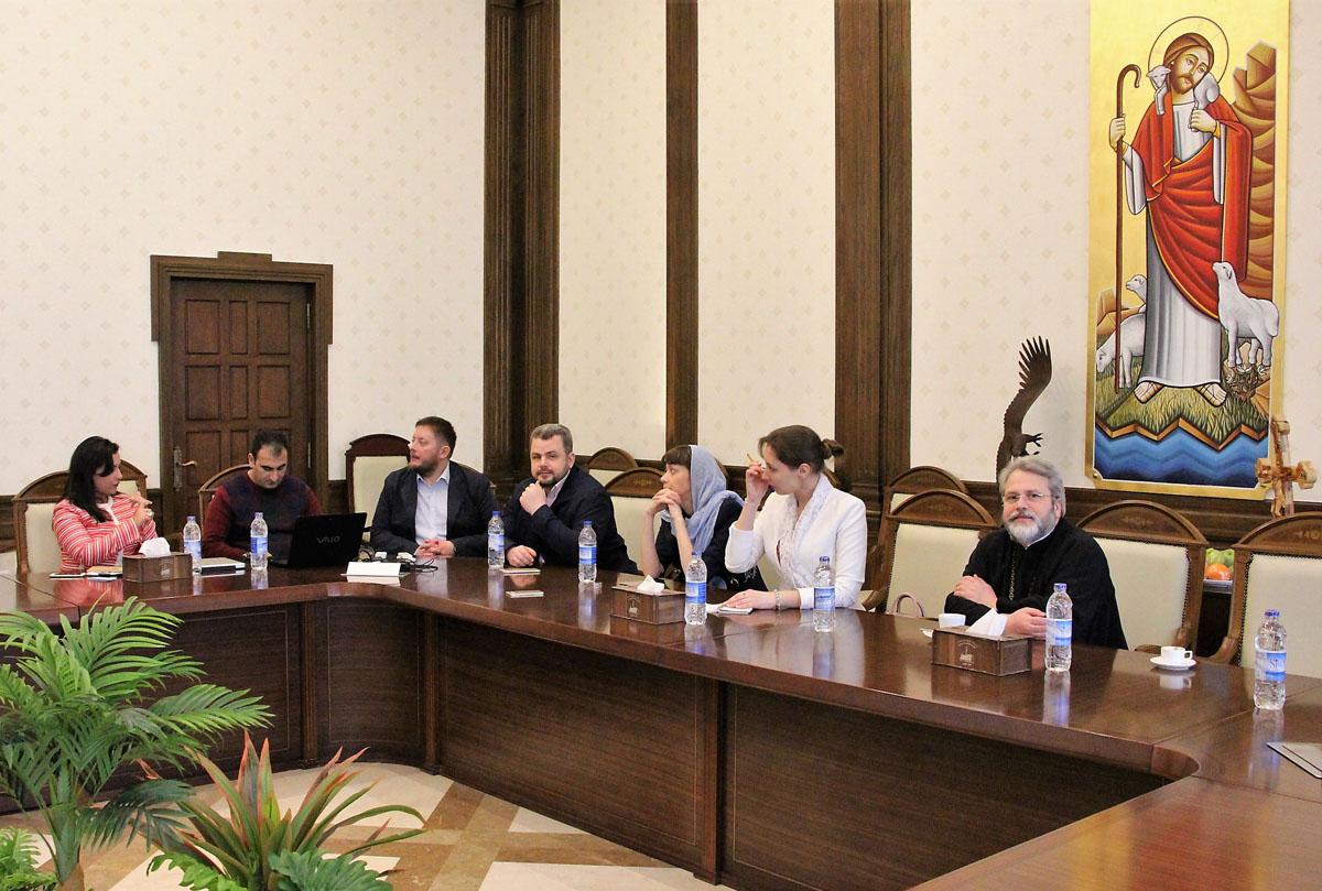 В рамках визита в Каире состоялась рабочая встреча гостей с главой Отдела Коптской Патриархии по реализации церковных проектов Барбарой Солиман (на фото слева)