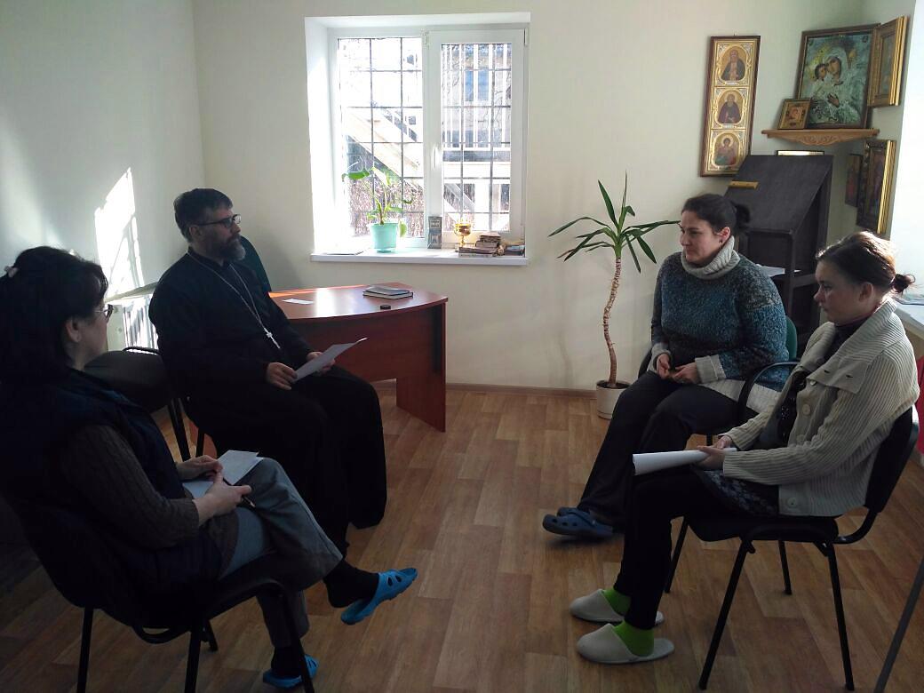 С зависимыми работают опытные клинические психологи и священники