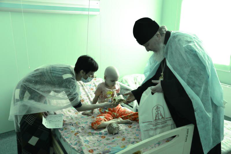 Правящий архиерей Брянской епархии посетил онкобольных детей в Праздник Пасхи