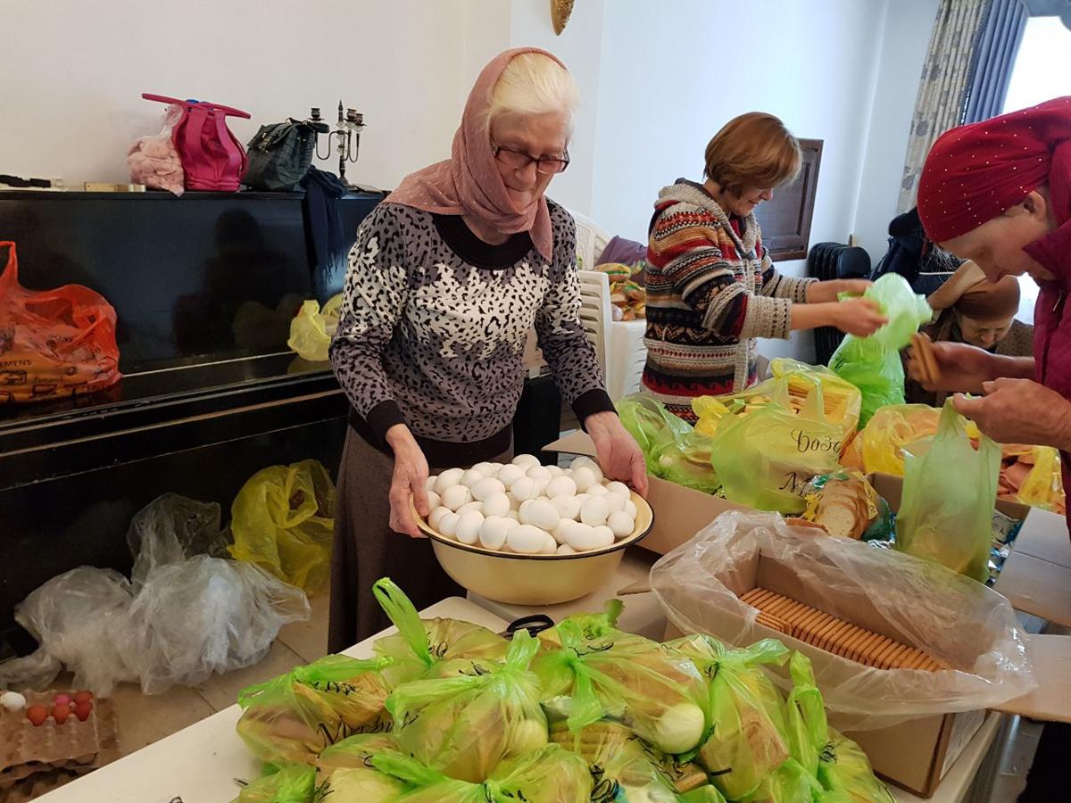 Прихожане Свято-Никольского храма Душанбе помогают фасовать продуктовые наборы