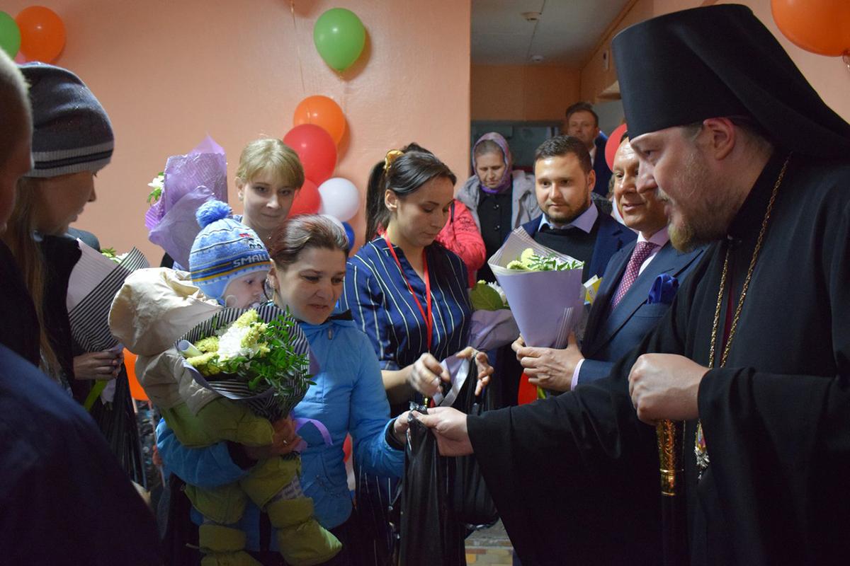 В день открытия центра восьми многодетным семьям были переданы комплекты одежды, продуктовые наборы, детские принадлежности