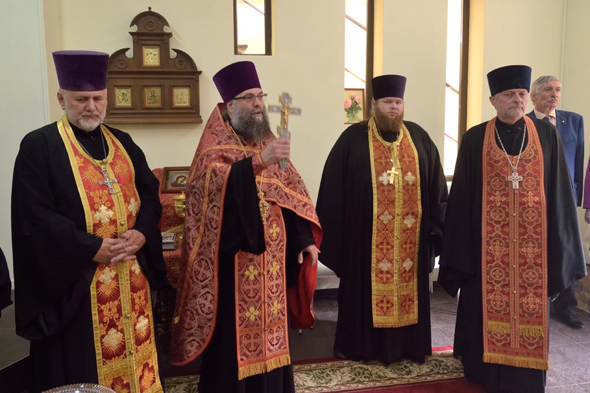 Протоиерей Димитрий Болтонов совершает молебен на открытии кризисного центра