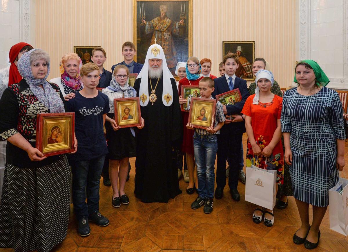 В Вологде Святейший Патриарх Кирилл встретился участниками епархиальной программы поиска приемных семей