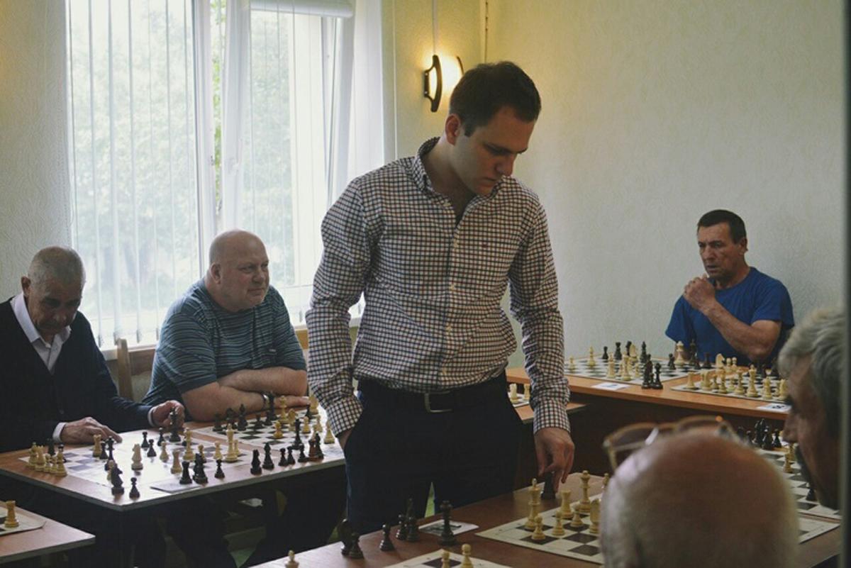 Гроссмейстер Даниил Юффа проводит сеанс одновременной игры с бездомными