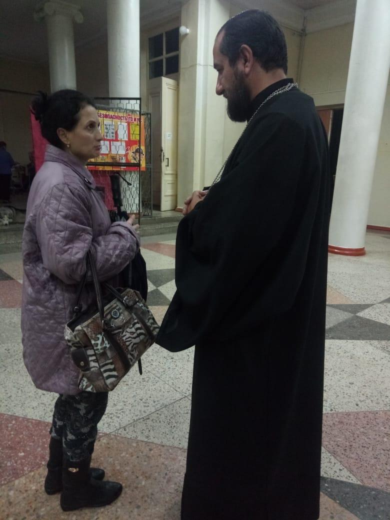 В штабе по ликвидации чрезвычайных ситуаций Апшеронска помогает пострадавшим иерей Димитрий Пантелеев