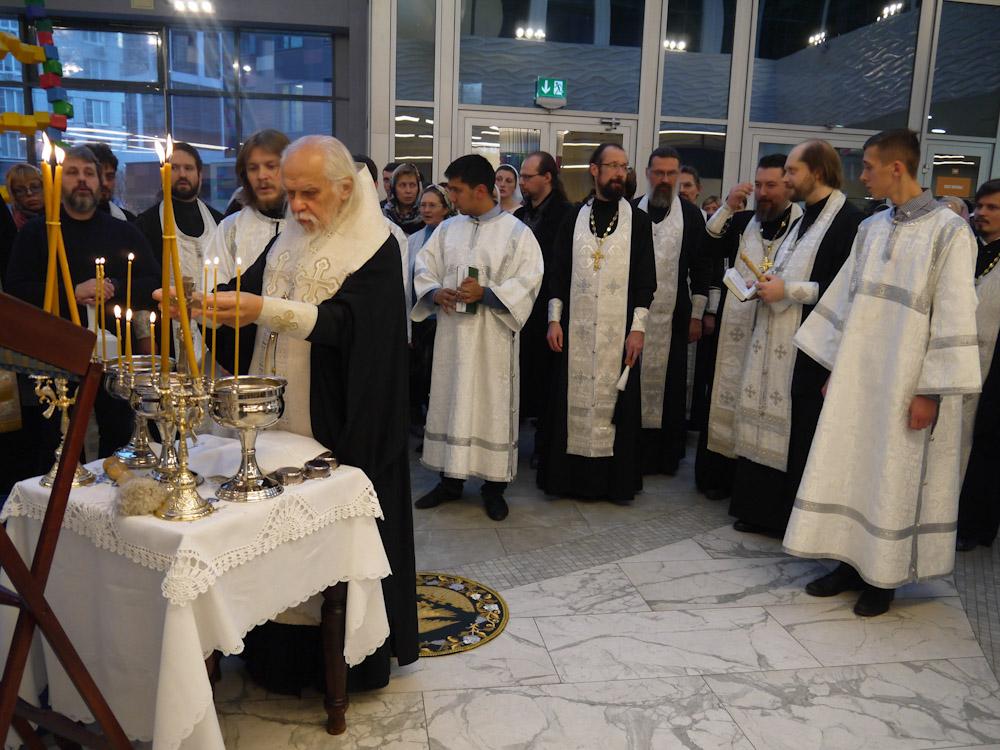 Водосвятный молебен был совершен в холле первого этажа нового корпуса больницы