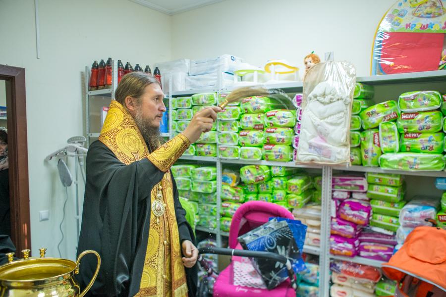 Епископ Покровский и Николаевский Пахомий совершил чин освящения пункта социального проката при епархиальном гуманитарном центре