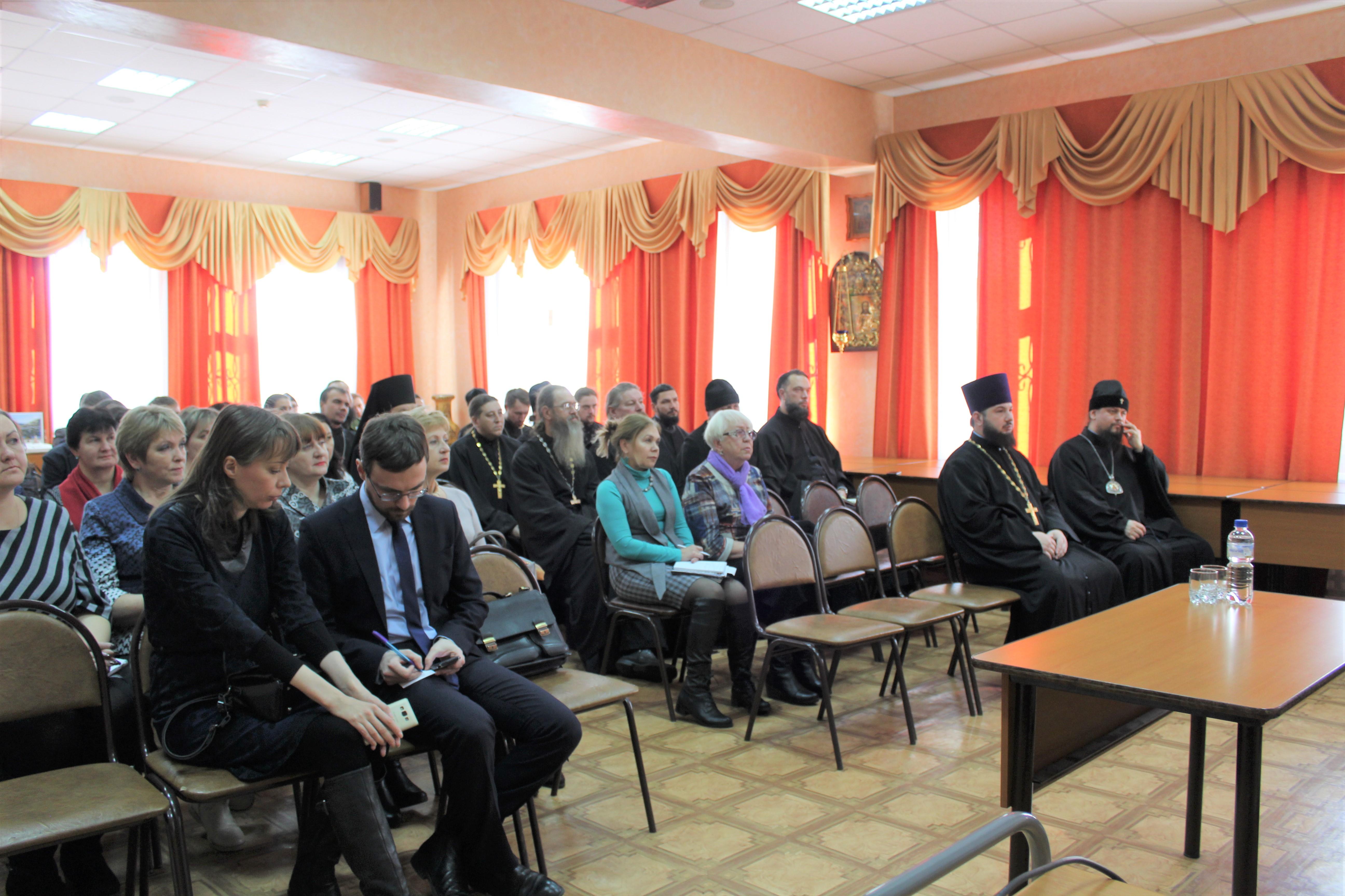 В семинаре участвовали большинство клириков епархии, социальные работники, представители государственных социальных и медицинских учреждений
