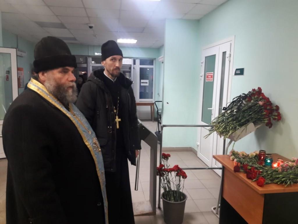 У появившегося мемориала рядом с местом трагедии архиепископ Соликамский и Чусовской Зосима совершил панихиду