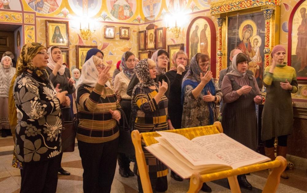 В храме Хабаровской духовной семинарии состоялась первая Божественная Литургия с переводом на жестовый язык