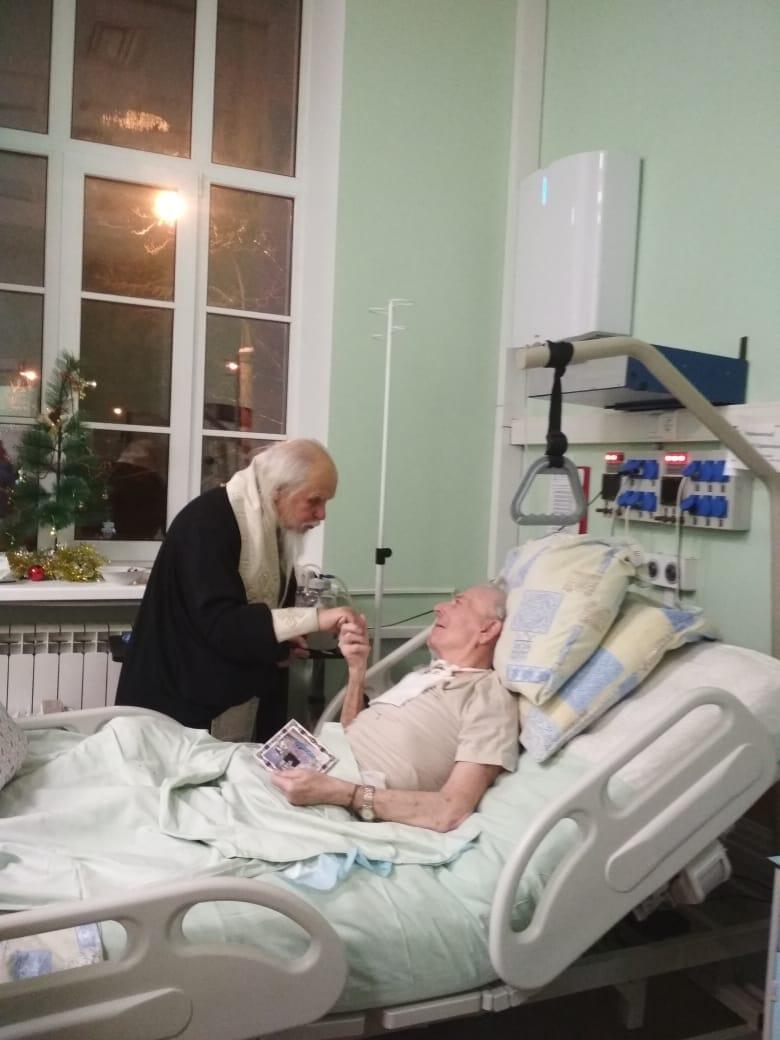 Заместитель председателя попечительского совета больницы святителя Алексия епископ Пантелеимон подошел с помазанием ко всем пациентам отделения