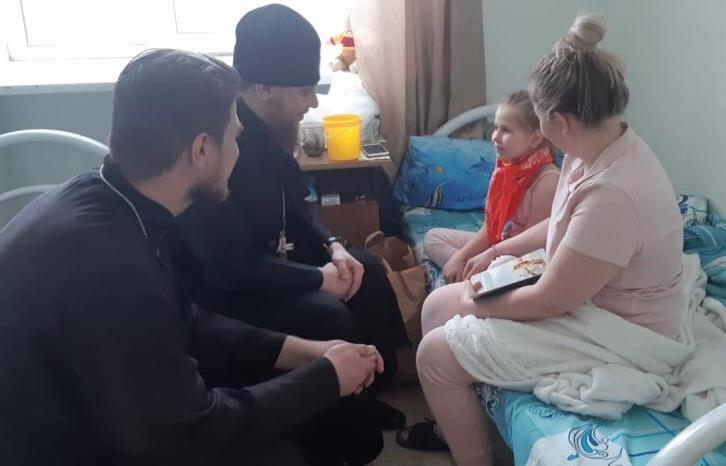 Священники навестили детей, пострадавших от пожара в храме в Челябинской области