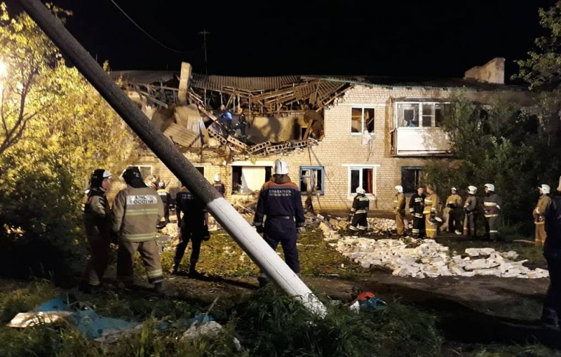 Священники помогают пострадавшим от взрыва газа в жилом доме в Ростовской области