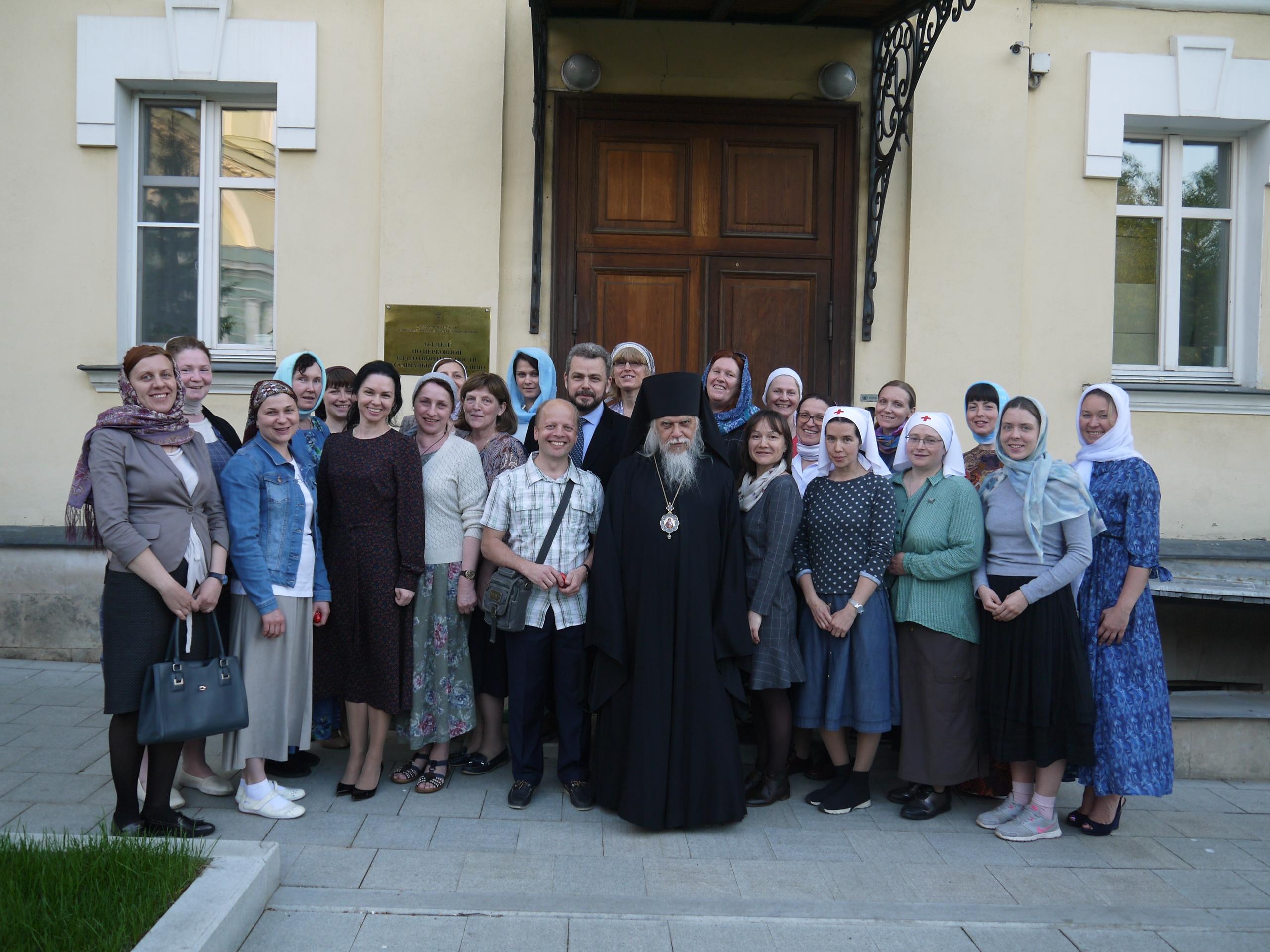 Председатель Синодального отдела по благотворительности епископ Орехово-Зуевский Пантелеимон с выпускниками курсов по уходу