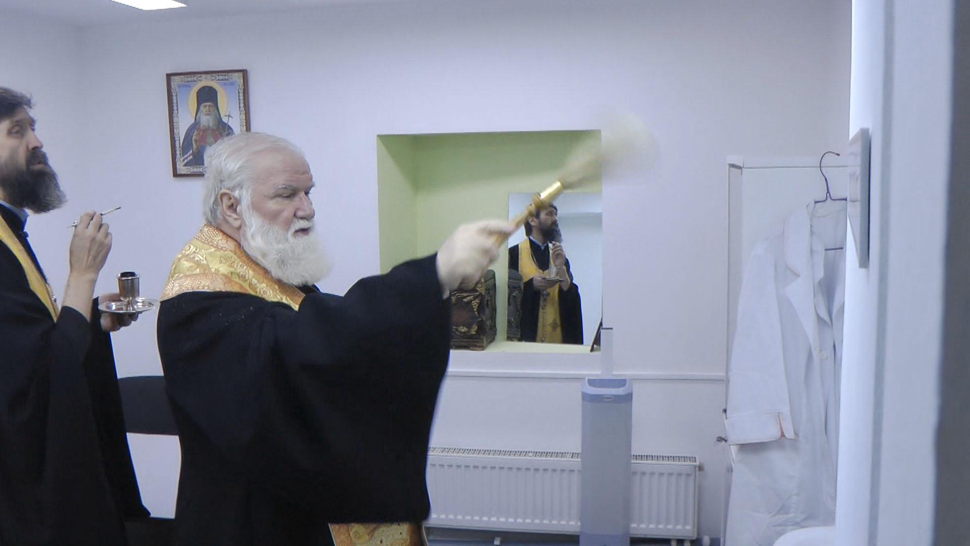 Митрополит Иркутский и Ангарский Вадим освящает помещение медкабинета