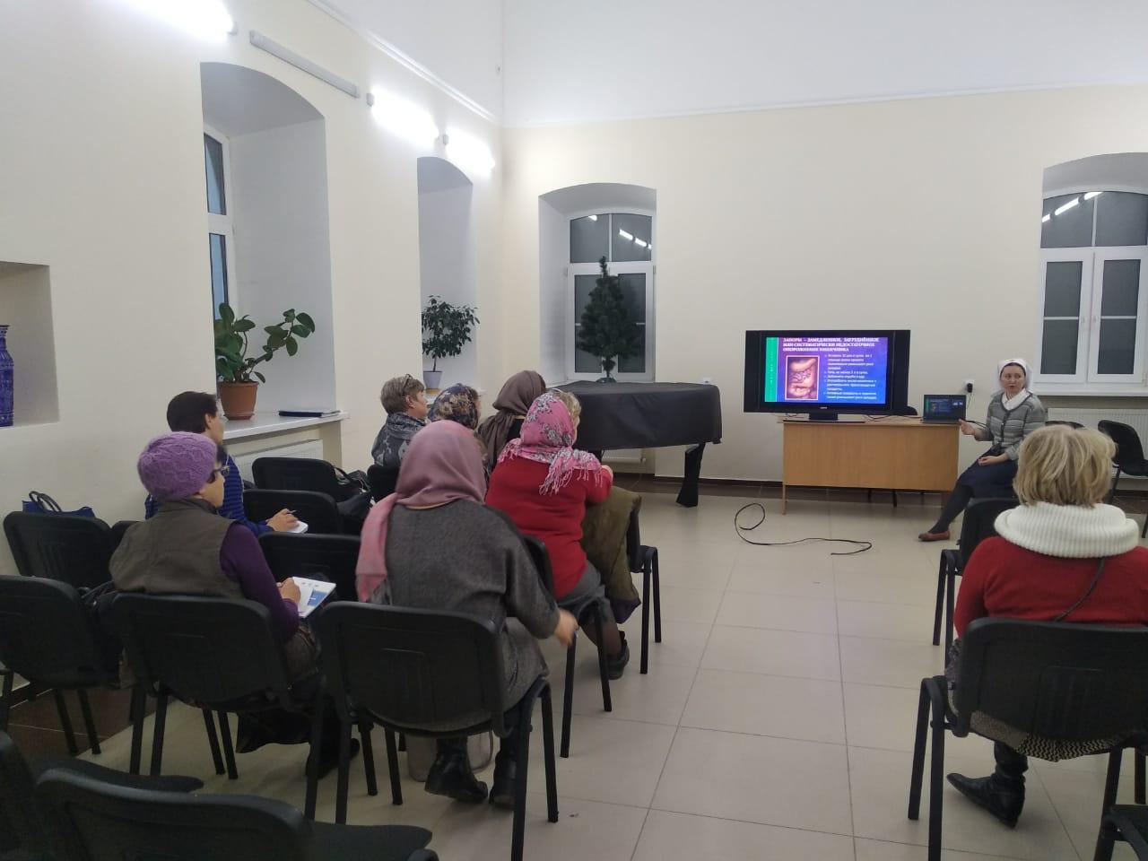 В Саратове мастер-класс по уходу представители московской службы «Милосердие» провели в неврологическом отделении