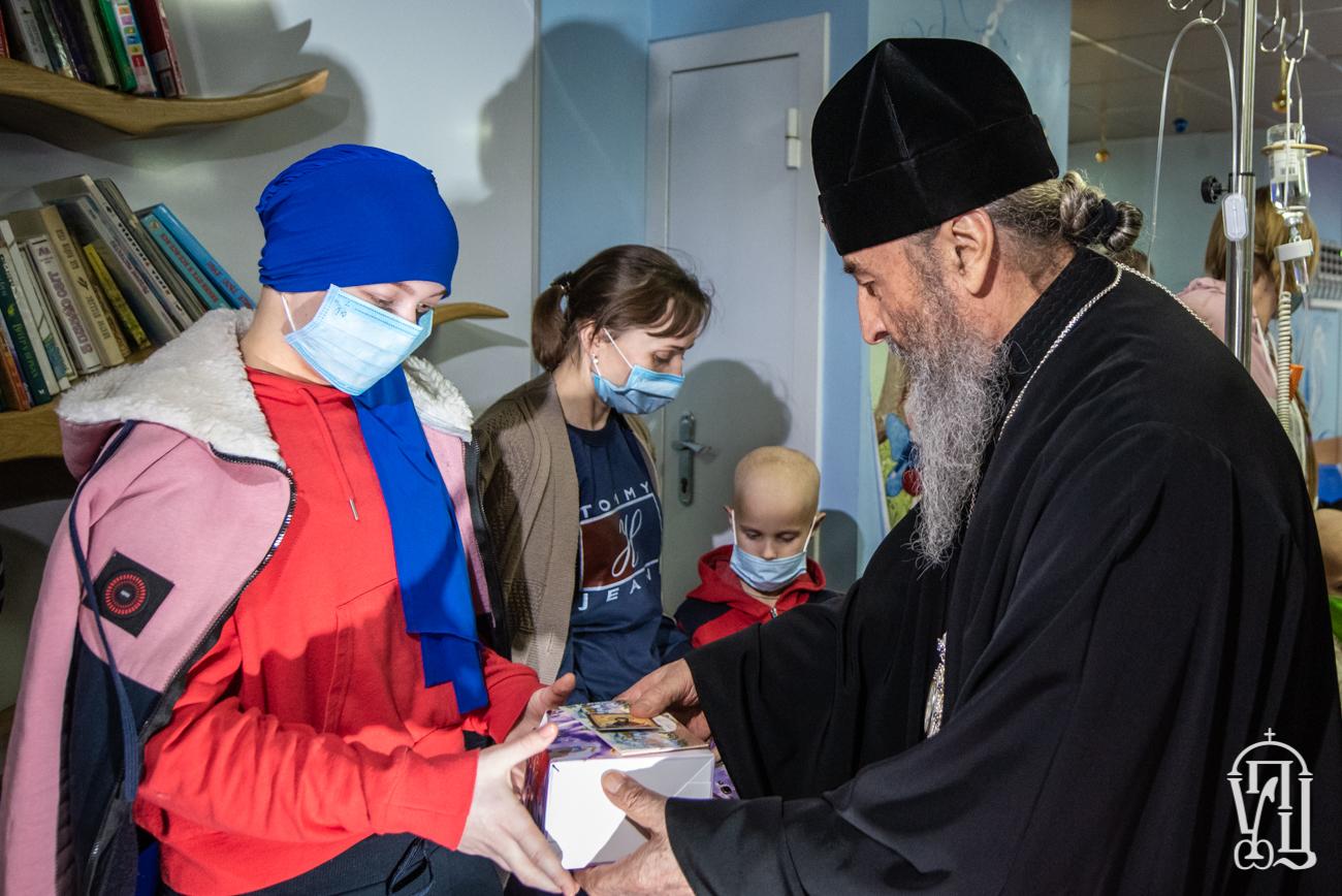 Предстоятель Украинской Православной Церкви посетил детей в Национальном институте рака в Киеве